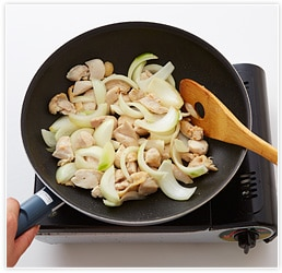 一口大に切った鶏肉と玉ねぎを炒め、最後にワインを入れてひと煮立ちさせる