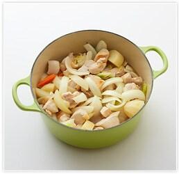 じゃがいもを鍋に入れ、2も入れ、10分ほどじゃがいもがやわらかくなるまで煮たら、マッシュルーム、牛乳を入れる。
