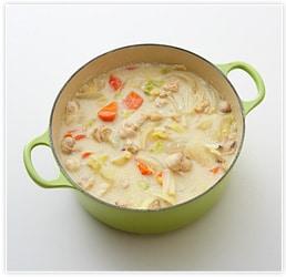 バターを溶かし、小麦粉を混ぜておいたもの(ブールマニエ)に3を加えて溶きのばして鍋に戻し、ひと煮立ちしたらできあがり。お好みでカマンベールチーズなどを浮かべて。