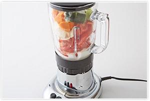 その他の野菜を2cmぐらいの大きさに切り、材料すべてをミキサーにかけてなめらかに仕上げる。
