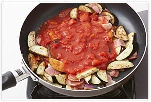 フライパンにオリーブオイルを入れ、にんにく、鷹の爪を炒め、香りが出たらベーコン、ナスも入れて炒め、トマト缶と水300cc、1を入れる。