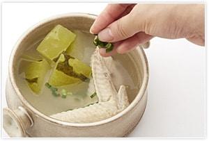 器に盛り付け、お好みでネギを散らしてできあがり。山椒を入れると少しピリッとしたアクセントになりますのでお好みでどうぞ。