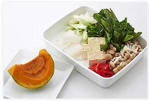 鍋に入れる野菜などの材料をそれぞれ切る。かぼちゃは、電子レンジで柔らかくなるまでチンして、皮をむいておきます。