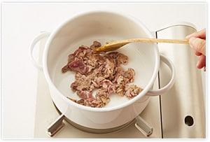 鍋に油をひいて豚肉を炒めます。
