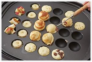 ホットケーキはプクプクと穴が出て膨らんだら1つを別の穴にかぶせるように乗せて2個分を1個にドッキングさせて完成。空いた穴があれば、バターとバナナやリンゴにシナモンシュガーをかけて、焼きフルーツを作る。ホットケーキに焼いたフルーツやチョコソース、メイプルシロップなどを添えて完成です。