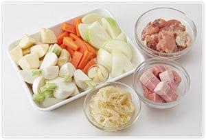 ジャガイモとにんじんは一口大に、玉ねぎとかぶはくし形に切ります。ベーコンは1cmの厚さに切り、にんにくはスライスします。