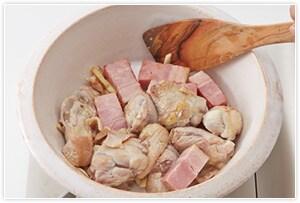 鍋にこめ油かオリーブオイルとにんにくを入れて火にかけ香りが立つまで炒め、肉類も入れてさっと炒め、水800mlとコンソメを入れます。