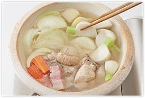 ザワークラウト以外の材料をすべて入れ、じゃがいもが柔らかくなるまで20分程度煮ます。
