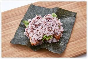 具の上にご飯を薄くかぶせ、塩を振ります。軽く押さえながらご飯を乗せると仕上がった時のまとまりがよくなります。