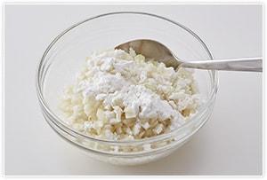 玉ねぎをみじん切りにし、片栗粉をまぶす。