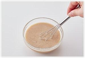 1.鶏ガラスープとお湯を混ぜておきます。ごまだれの材料をすべて混ぜ、お湯で溶いたスープも混ぜます。