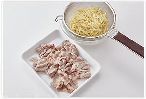2.麺を茹でます。麺を茹でながら、豚肉もしゃぶしゃぶしてざるにあげておきます。