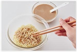 3.水で冷やして水を切った麺にたれの半量を混ぜてもりつけ、用意しておいた野菜も盛り付けます。