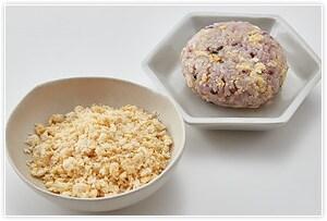 【卵おから】を作ります。こめ油大さじ½を敷いたフライパンに溶き卵とおから gを入れ、そぼろ状になるようにほぐしながら炒めます。仕上げにだし醤油大さじ1を加えて水分を飛ばしたら完成です。炊きあがった雑穀ごはん gに卵おから  gを混ぜて、2個のおにぎりにします。