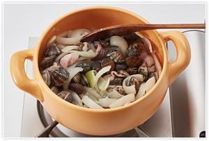 にんにくの香りが出てきたら、豚のこま切れ肉を塩・こしょうして炒め、あさり、玉ねぎの輪切りを入れ、しんなりするまで炒めます。