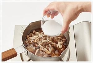 あんかけのあんを準備します。出汁400mlに、ひと口大に切った豚肉、ショウガ、しめじ、調味料を入れてひと煮立ちさせたら、水溶き片栗粉を入れてとろみをつけます。とろみの具合はお好みでOKです。最後の風味づけにごま油を入れます。
