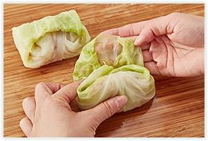 ひき肉に塩小さじ2分の1、卵1個、コショウ少々、ナツメグを入れて練り、8等分します。キャベツの小さい葉でまず包み、さらに大きい葉で包んで巻き終わりを下にして鍋に並べます。煮る間に動かないように、ギュウギュウに並べるのがコツ。