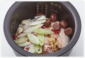 炊飯釜に鶏肉と①、白ごま以外のすべての材料、調味料を入れます。