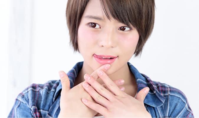 舌を出す女性 舌の位置は健康や美容に影響を及ぼす可能性があります
