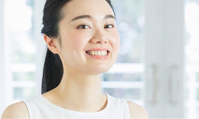 笑顔の女性 正しい舌の位置を把握して、表情美人を目指しましょう
