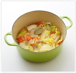 鍋に白菜、にんじん、水、コンソメを入れて火にかける