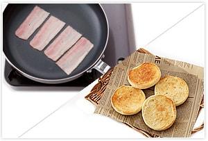 イングリッシュマフィンは切れ目のところで二つに割ってトーストします。ベーコンはフライパンでこんがり焼きます。