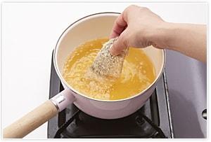 2のアジに、小麦粉、溶き卵、パン粉をつけて、180度の中温でカラリとキツネ色に揚げます。