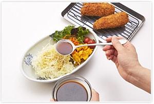 どんぶりにご飯を盛り、キャベツの千切りを乗せ、ソースを少しかけ、アジフライを乗せてソースをたっぷりとかけてできあがりです。ご飯は、国産18雑穀のご飯でも美味しくいただけますよ。