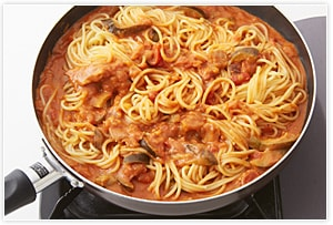 煮詰めたソースにパスタを加えて合え、盛り付ける。お好みで、仕上げにパセリのみじん切りなどを散らす。