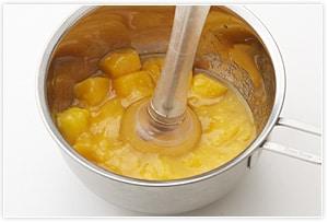 冷凍マンゴーは解凍してブレンダーでペースト状にし、レモン汁、砂糖とよく混ぜておく。 そこに、ふやかしたゼラチンをレンジで温めて溶かしたものを加えてよく混ぜる。