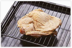230℃に温めたオーブン(あれば天板の上に網を置く)で片面15分ごと焼く。魚焼きグリルやロースターなどで焼いてもOK。