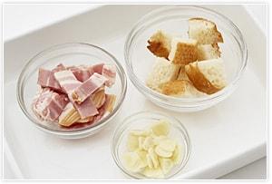 にんにくは薄くスライス、ベーコンは1cm幅、フランスパンは一口大に切る