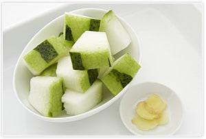冬瓜は、アクセント程度に少し残しながら皮をむき、一口大に切る。しょうがはごく薄い薄切りを5~8枚程度用意する。