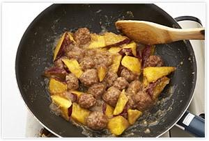 3にあらかじめ混ぜておいたあんの材料をすべて入れ、ぐつぐつと煮えてとろみがついたら出来上がりです。