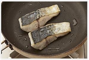 オリーブオイルを敷いたフライパンで皮目から焼きます。