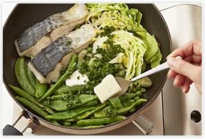 蓋を取り、バター、パセリ、レモン汁を加え、バターが溶けて泡だったらフライパンを回し、レモン汁となじませて出来上がりです。