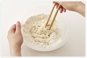 ボールに薄力粉を入れ、中央にお湯を注ぎ、菜箸でぐるぐると練り混ぜる。混ざったら表面が乾かないようにラップをしておく。