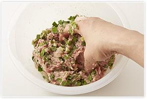 豚ひき肉に調味料を加えて白っぽくなるまで練る。そこに叩いてから小さく刻んだエビと5ミリぐらいに刻んだニラを加えて練り混ぜる。