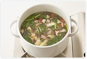 2にチキンスープ、すべての具材、酢とラー油以外の調味料を入れてひと煮立ちさせます。