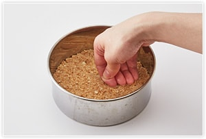 1をケーキの型の底に敷き込む(あまり強く押し付けずふんわりと)。