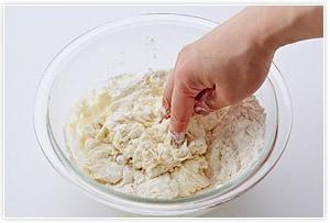 材料をすべてボールに入れ、指先を使ってぐるぐる混ぜていき、ひとまとまりにする。
