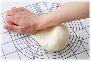台の上に乗せ、手の平で押しつけながら転がすようにしてこねる。100回ぐらい転がしながらこね、生地がなめらかにしっとりとしてきたらOK。ラップをして30分ほど冷蔵庫で寝かせる。