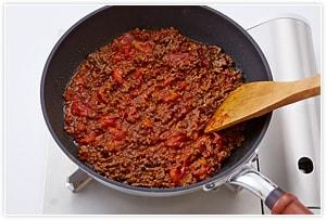 荒く刻んだトマト、ソース、ケチャップ、水を入れて、中火で混ぜながら煮る。