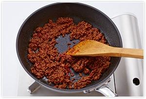 そのまま混ぜながら、汁気がなくなるまで煮詰める。