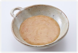 「梅はちみつソース」を作る。材料すべてを混ぜ合わせるだけ。すりごまはお好みで。