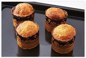 マフィンカップに流し入れる。(膨らむので、半分ぐらいの高さまでで良い)オーブンに入れ、190℃で20分焼く。焼けたら網などの上に置き、冷ましておく。