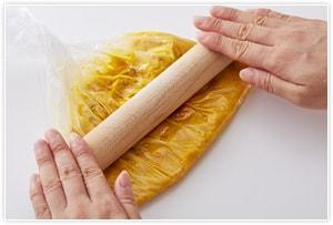 カボチャクリームを作る。種を取ったカボチャをラップでくるみ、竹串がスッと通るまで電子レンジでチンする。触れるぐらいに冷ましたら皮をむき、全ての材料を少し厚めのビニール袋に入れる。麺棒や手でカボチャをつぶしながら全体が混ざったらクリームの完成。(なるべく細かくつぶしてください。)