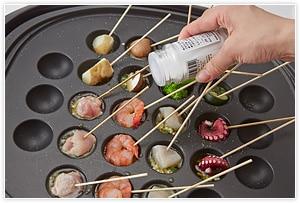 全体に塩をして、具材に火が通ったら適宜いただく。具材は串に刺しておくと便利。パンにオイルをつけていただいたり、チーズを入れても美味しい。