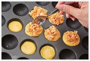 熱したたこ焼器に油を敷き、卵を1/2ぐらいまで入れる、温度を140℃~保温まで下げて、手早く1のご飯を入れていく。卵に火が通ればOK。そおっとひっくり返して皿に取り、ケチャップなどで飾ると可愛い。
