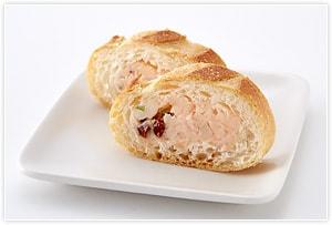 フランスパンの中をくりぬき、1を詰める。冷蔵庫で30分ほど休ませた後、1cmぐらいの厚さに切り分ける。